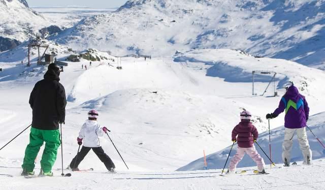To voksne og to barn på ski i Hemsedal