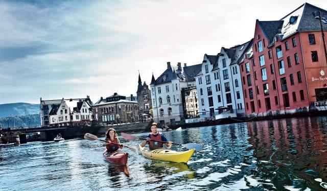 Deux personnes faisant du kayak à Ålesund en Norvège des Fjords