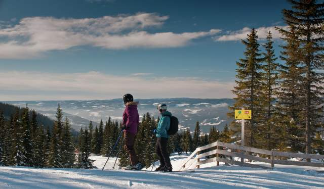 Couple skiing in Hafjell Alpinsenter