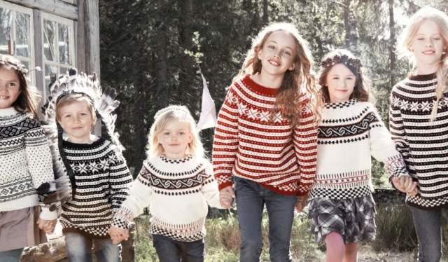 Seks småjenter har på seg strikkegensere fra Rauma Ullvarefabrikk