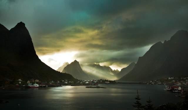 Heavy clouds over the mountainous landscape around Reine in Lofoten