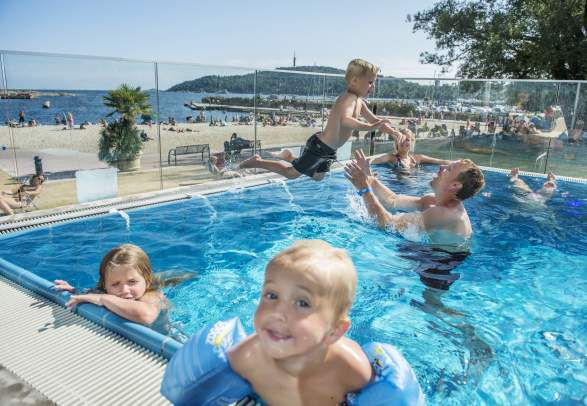 Aquarama in Kristiansand children playing in pool