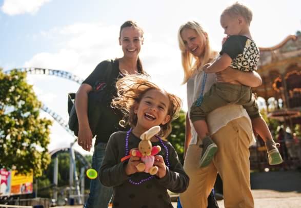 To mødre med barn på TusenFryd i Akershus