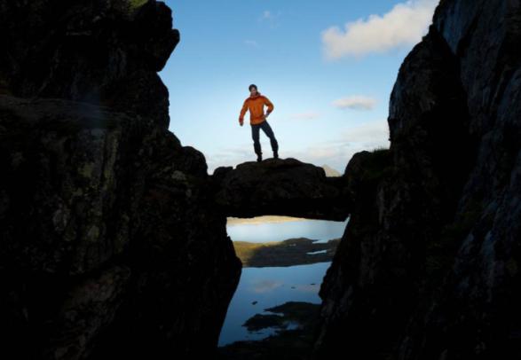 Mann står på Djevelporten i Svolvær i Nord-Norge