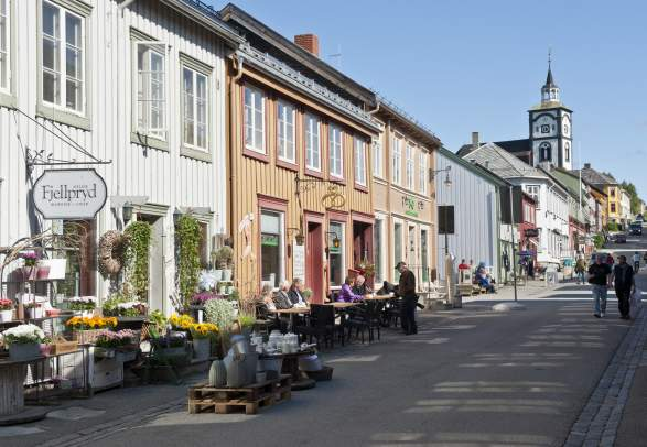 The Kjerkgata street in Røros, Trøndelag, with the Røros church in the background