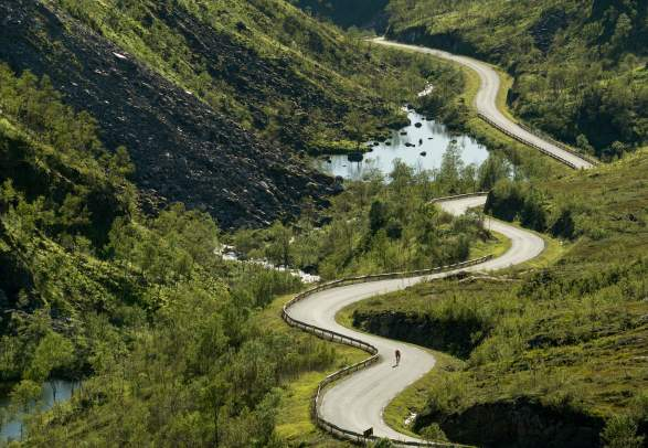 A person road cycling through Kaperskaret at Senja in Northern Norway