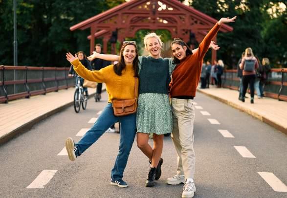 Drei Frauen stehen auf der Gamle-Bybro-Brücke in Trondheim, Trøndelag
