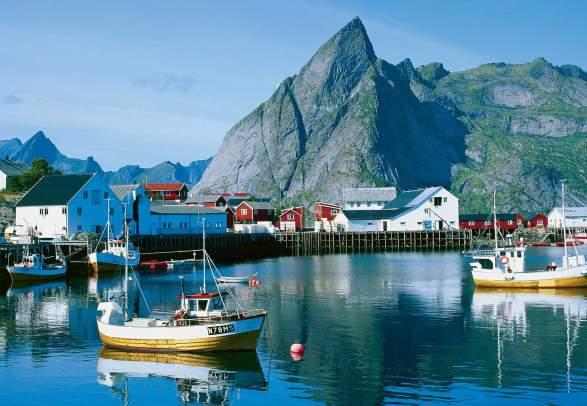 Fiskebåter i Hamnøy i Lofoten om sommeren