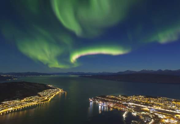 Het noorderlicht in de hemel boven Narvik in Noord-Noorwegen