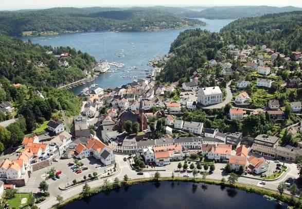 Den idylliske hvite sørlandsbyen Tvedestrand fra luften, mellom fjorden og innsjøen Tjenna.