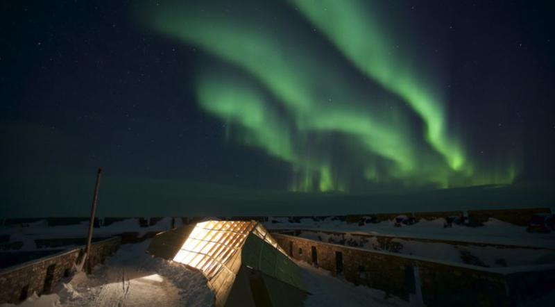 Pop up restaurant in Churchill under the northern lights
