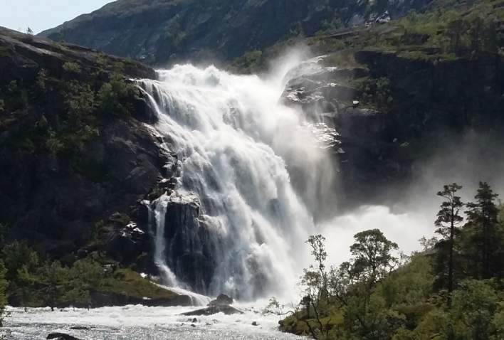 Hiking along the 4 large waterfalls in Husedalen valley