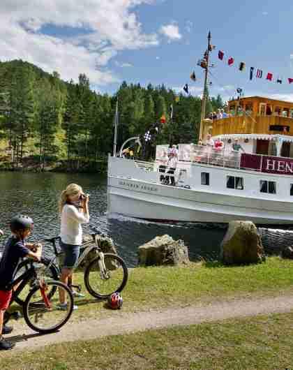 Familie på tur ved M/S Henrik Ibsen on the Telemark Canal