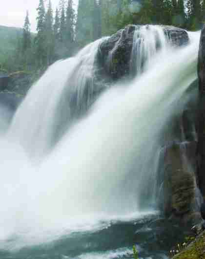 En mann ser på Rjukanfossen i Hemsedal
