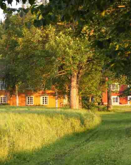 En idyllisk gård med et stort gårdshus hvor du kan overnatte med HANEN