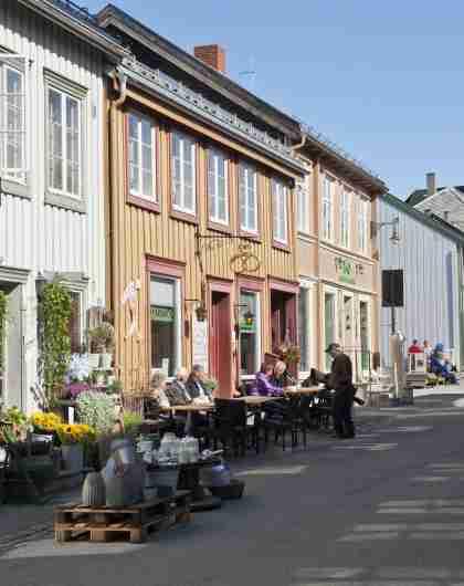 The Kjerkgata street in Røros, Trøndelag, with the Røros church in the background.
