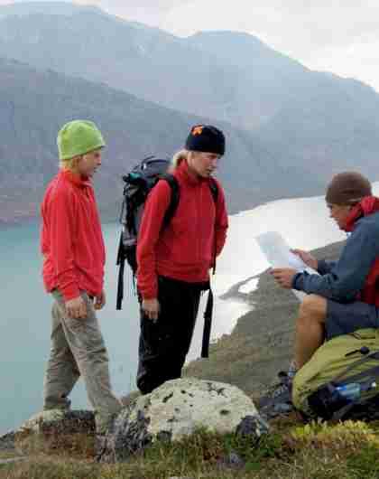En familie leser kart i Jotunheimen