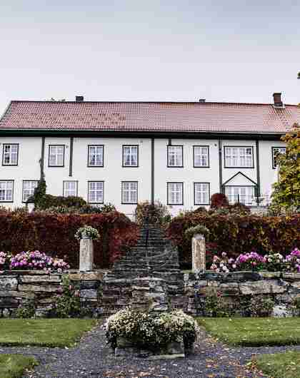 The main building at Hoel gård in Ringerike, Eastern Norway