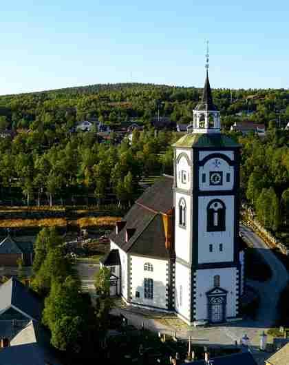Vista aérea de la Iglesia de Røros (Bergstaden Ziir), en Trøndelag, Noruega.