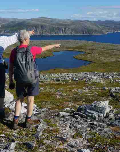 To personer går tur i fjellandskapet i Nordkyn