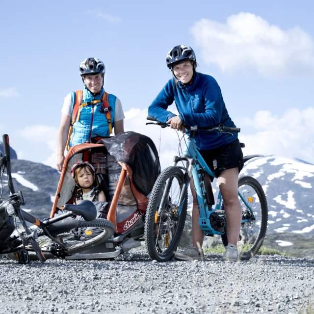 En familie er på grønn Norgesferie med el-sykler fra Hotel Aak