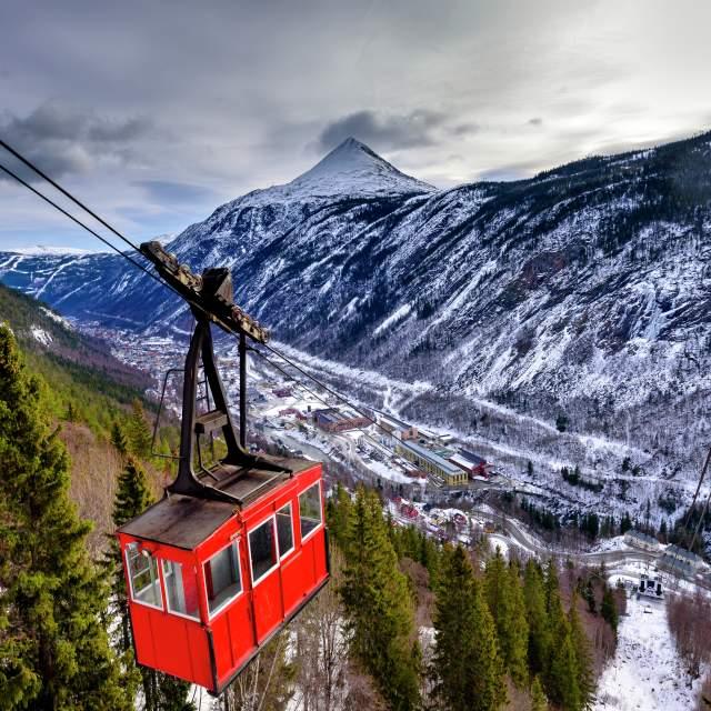 Die Seilbahn Krossobanen auf ihrem Weg von Rujkan zum Gipfel des Gaustatoppen. Telemark, Norwegen