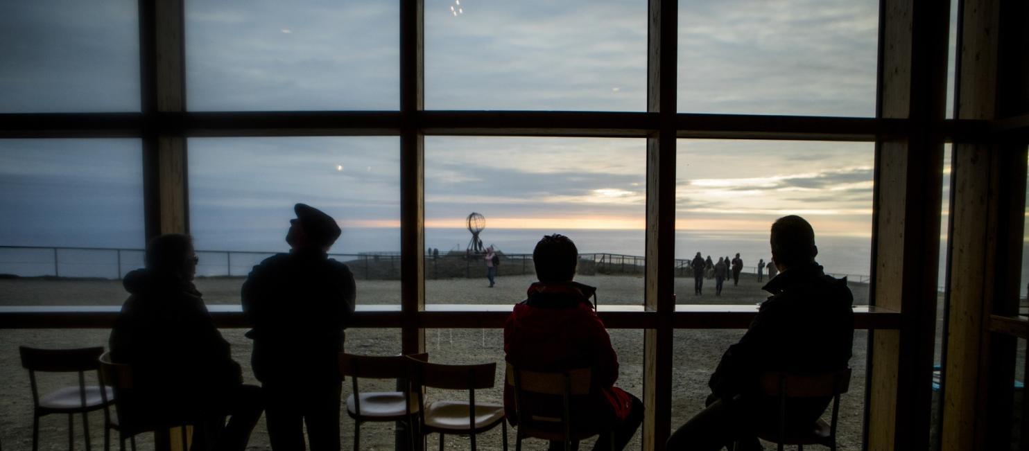 Turister på Nordkapp i midnattssol